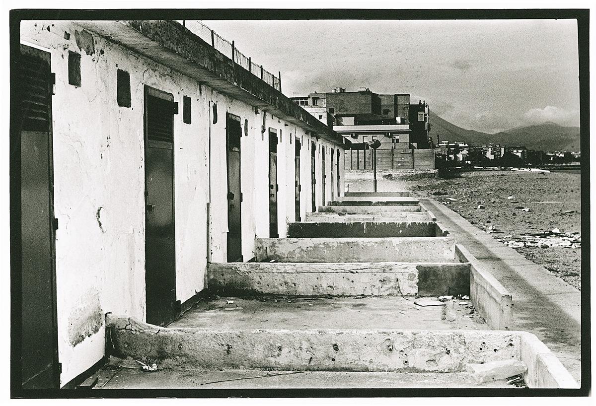 Letizia Battaglia, Stabilimento balneare abusivo su spiaggia composta di materiale di risulta, 2007, Collezione MAXXI